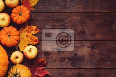 Image Thanksgiving fond: Pommes, citrouilles et les feuilles tombées sur fond de bois. Copiez l'espace pour le texte. Halloween, jour de Thanksgiving ou fond saisonnier. Maquette de conception.