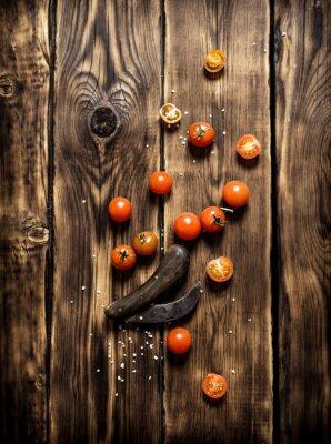 Image Tomates fraîches et un vieux couteau.