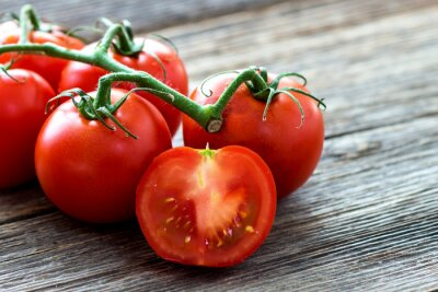 Image Tomates fraîches sur fond de bois