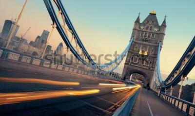 Image Tower Bridge et la circulation dans la matinée à Londres.