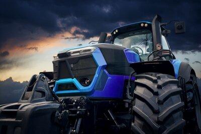 Image Tracteur puissant contre un ciel orageux