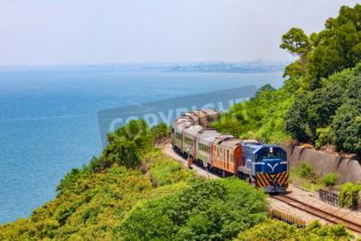 Image Train sur le chemin de fer près de la gare de Fangshan à pingtung, Taïwan