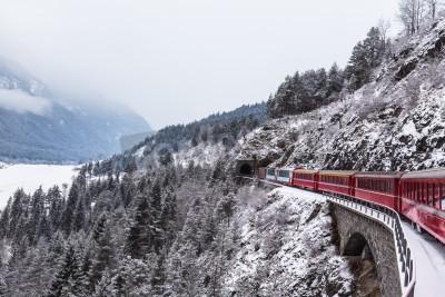 Image Train touristique célèbre en Suisse, le Glacier Express en hiver