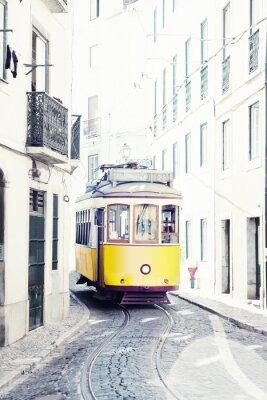 Image tram jaune antique dans les rues de Lisbonne, Portugal