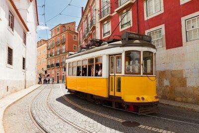 Image tramway sur la rue étroite de Alfama, à Lisbonne