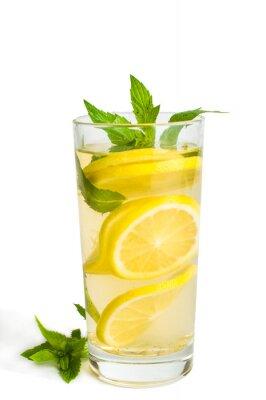 Tranches de citron dans un verre à la menthe. Sur fond blanc, isolé.
