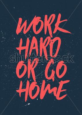 Image Travailler dur ou rentrer à la maison - Des mots inspirants et motivants. Gym et conception d'affiche d'entraînement. Concept typographique Conception d'affiche vintage