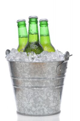 Trois bouteilles de bière verte dans la glace