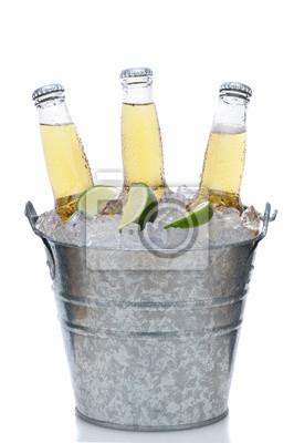 Trois bouteilles transparentes bière dans Seau à glace