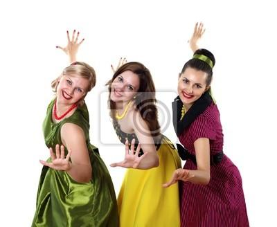 trois jeune femme dans des robes de couleurs vives