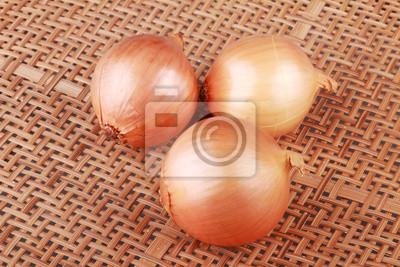 trois oignons sur la vannerie en bois