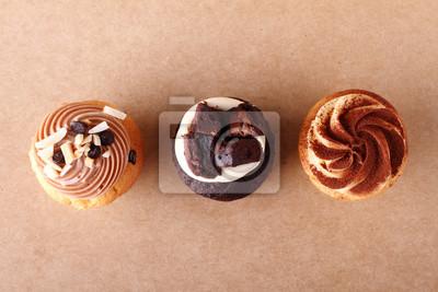 trois petits gâteaux avec glaçage