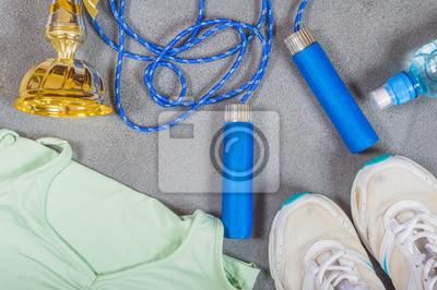 Trousse de sport. Chaussures, corde à sauter, une bouteille d'eau