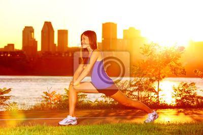 Turbine de femme étirant les jambes après course