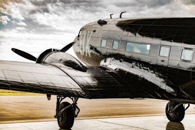 Image Un avion de la Deuxième Guerre mondiale sort de son serveur de cintre pour que le temps soit dégagé