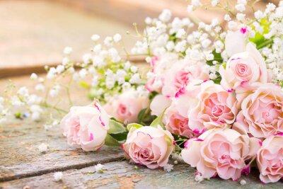 Image Un beau bouquet de roses sur le bois rustique