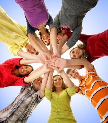 Image Un groupe d'adolescents heureux tenant des mains