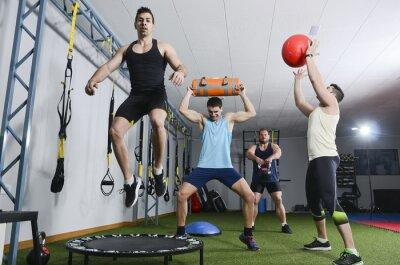 Image Un groupe de gens dans l'action en faisant des exercices de CrossFit