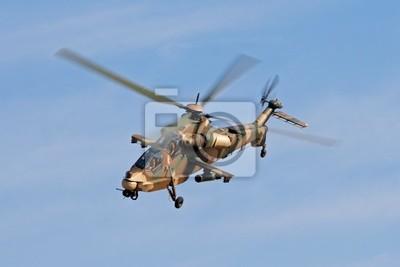 Un hélicoptère militaire camouflé en vol