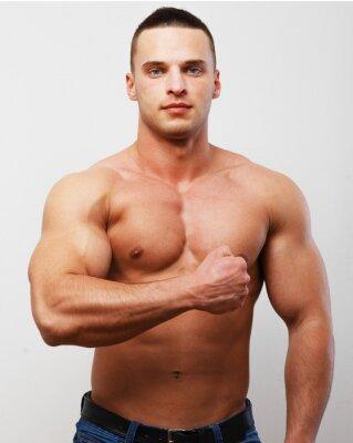 un mec torse nu montrant ses muscles du bras peintures murales