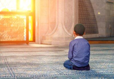 Image un petit garçon dans la mosquée