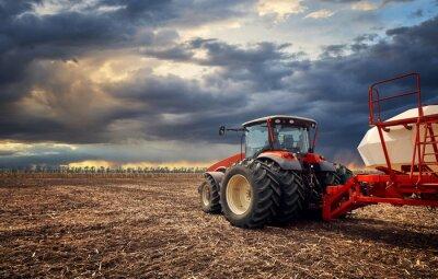 Image Un tracteur puissant travaille sur le terrain