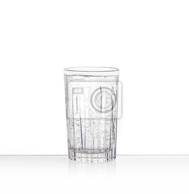 un verre clair avec de l'eau pétillante