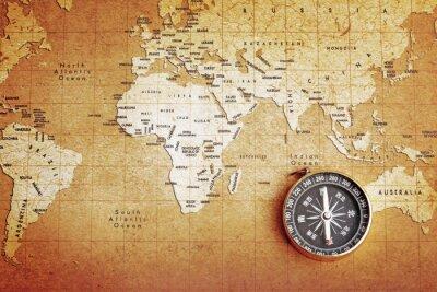 Image Un vieux compas en laiton sur une carte au trésor fond