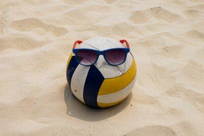Image Un volley-ball à la plage d'été avec un verre de soleil
