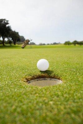 Image Une balle de golf sur le bord du trou