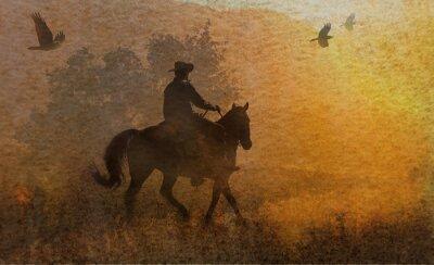 Image Une conception dramatique d'un cow-boy et son cheval dans un pré au coucher du soleil avec des corbeaux volant au-dessus. Un morceau de médias mélangés d'œuvres d'art à la photographie et à l'aquarell
