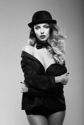Image Une femme dans la veste d'un homme. Noir et blanc.