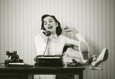 Image Une femme parle au téléphone au bureau