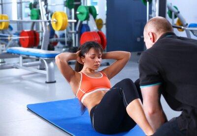 Image Une jeune femme avec son entraîneur au gymnase