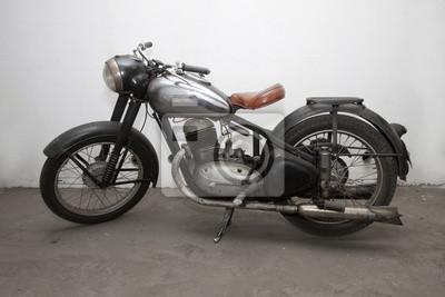 une moto de vétéran noir et argent debout