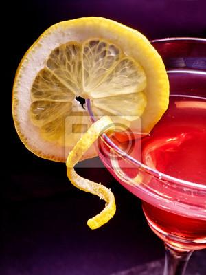 Une partie de la boisson de grenade au citron sur fond noir.