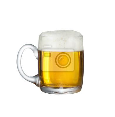 Une tasse fuul de bière fraîche sur fond blanc avec le chemin de coupe
