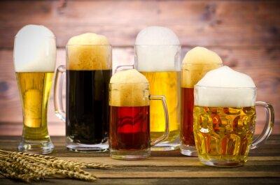 Image Variété de verres de bière sur une table en bois