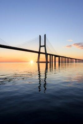 Image Vasco da Gama pont, le lever du soleil à lisbonne