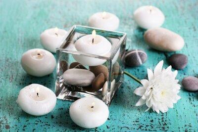 Image Vase décoratif avec des bougies, de l'eau et des pierres