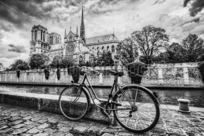 Image Vélo rétro à côté de la cathédrale Notre-Dame à Paris, en France et la Seine. Vintage noir et blanc