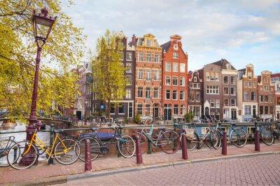 Image Vélos garés sur un pont à Amsterdam
