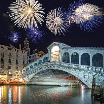 Image Venise en Italie, feu d'artifice sur le pont du Rialto par nuit