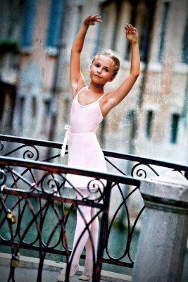 Image Venise, Italie - belle ballerine sur le pont à Venise