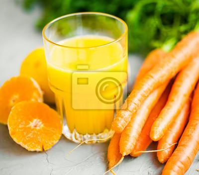 Verre de jus d'orange et de carotte biologique frais, concept de mode de vie sain et jus de désintoxication, végétalien