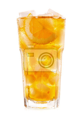 Verre de thé glacé au citron sur fond blanc