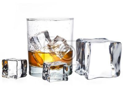 verre de whisky avec des cubes de glace isolés sur fond blanc