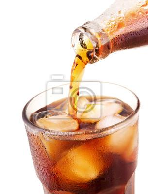Verser de la cola dans du verre avec de la glace de la bouteille