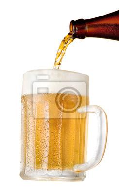 Verser la bière dans un verre de la bouteille