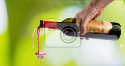 Verser le vin sur fond doux
